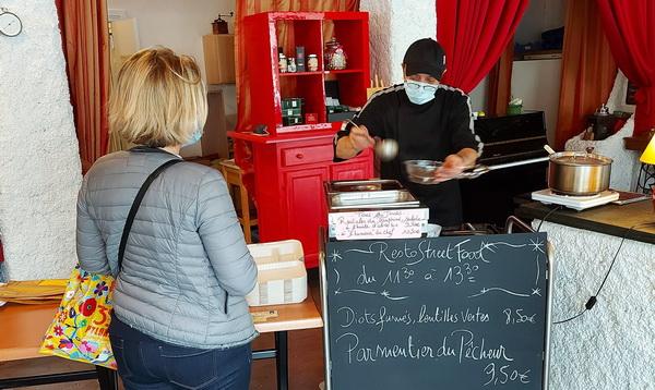 le chef de la brasserie les arcades de grenoble sert un plat à emporter