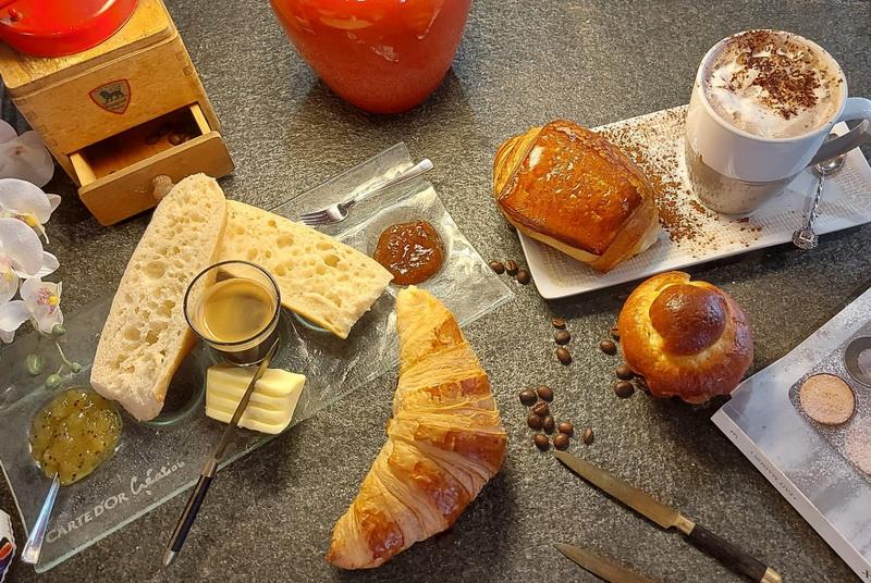 petit déjeuner avec chocolat, croisant et d'autres plaisirs
